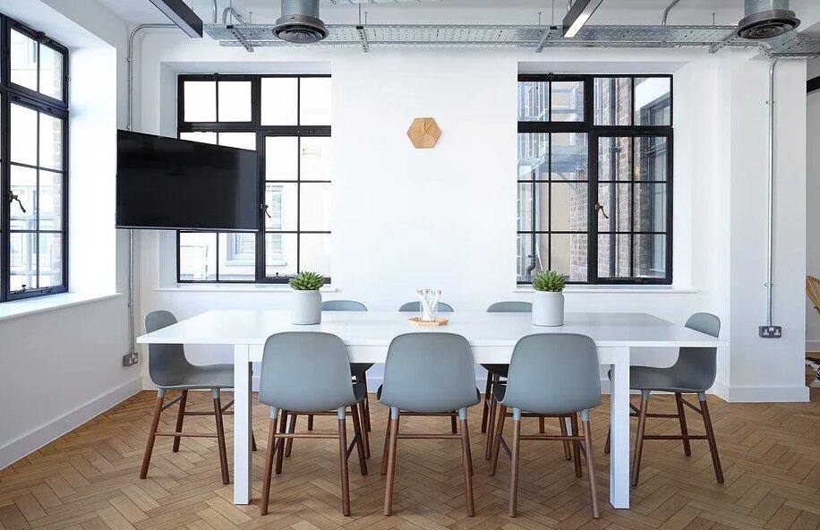 Schoonmaken op kantoor: zelf doen of uitbesteden?