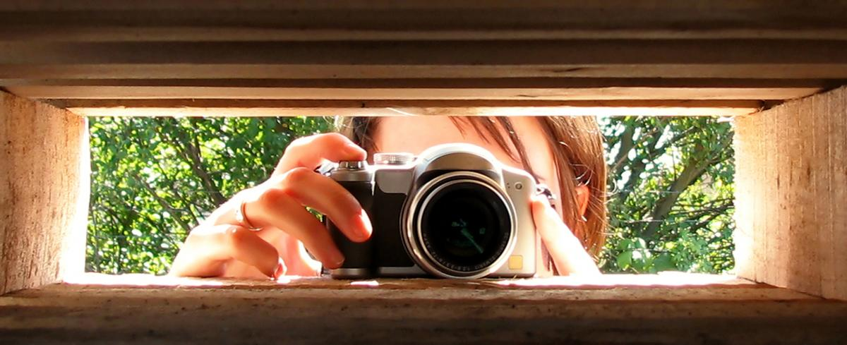 fotografi adalah proses atau metode untuk menghasilkan gambar atau foto dari suatu objek tertentu dengan merekam pantulan cahaya yang mengenai objek tersebut pada media yang peka terhadap cahaya